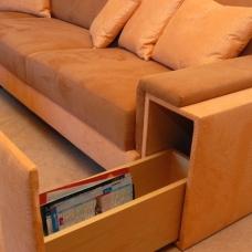 Raffiniertes Detail: Armlehne mit integrierter, ausziehbarer Schublade