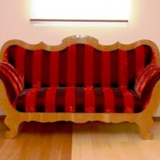 Klassisches Sofa im Streifendesign